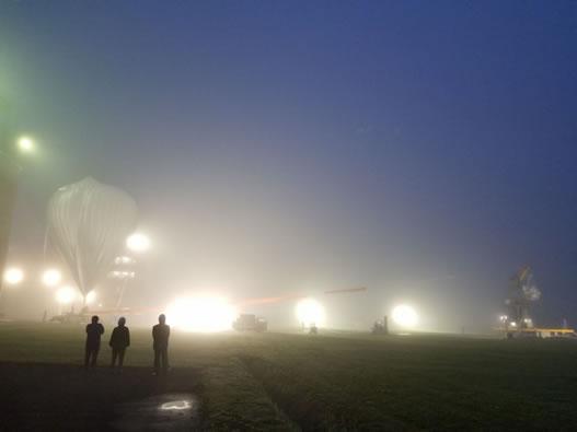 JAXA大樹航空宇宙実験場にて気球実験の視察の中川郁子(ゆうこ)写真