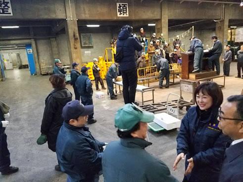 帯広中央卸売市場の初セリの参加の中川郁子(ゆうこ)写真