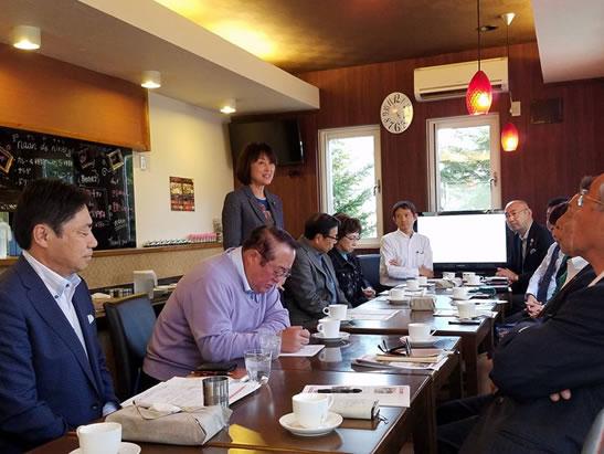 ネパール訪問団との意見交換の中川郁子(ゆうこ)写真