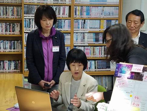 幕別町図書館視察の中川郁子(ゆうこ)写真