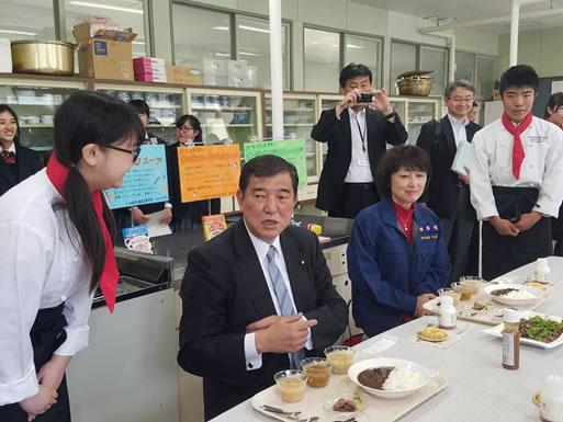 石破茂先生 来勝(更別農業高校視察)の中川郁子(ゆうこ)写真