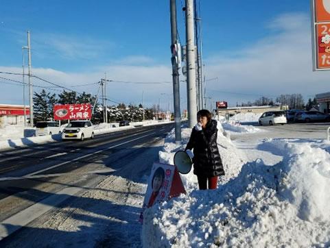 稲田東1線の交差点で街頭。 の中川郁子(ゆうこ)写真