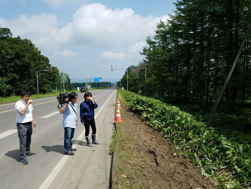 観光バスが横転した事故現場視察の中川郁子(ゆうこ)写真