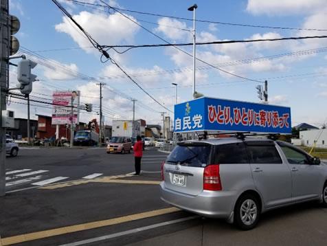 西12南17の交差点でご挨拶の中川郁子(ゆうこ)写真