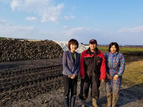 中札内村 ビート収穫の中川郁子(ゆうこ)写真