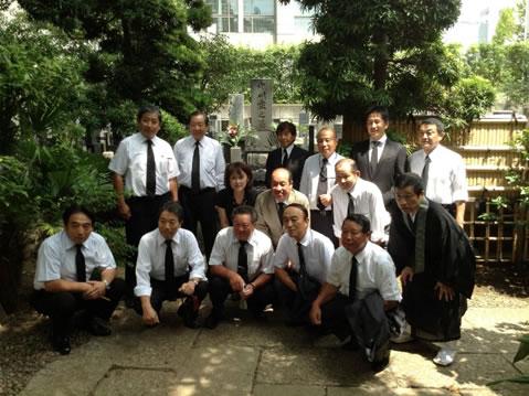 養豚協会の皆様がお墓参りの中川郁子(ゆうこ)写真