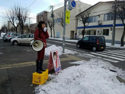 帯広市内、大同出版前でご挨拶の中川郁子(ゆうこ)写真