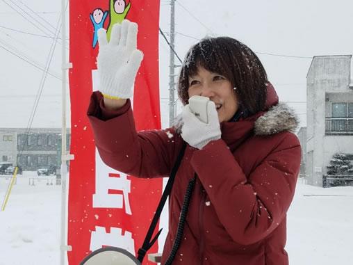 帯広市西12南18(宅建協会前)でご挨拶の中川郁子(ゆうこ)写真