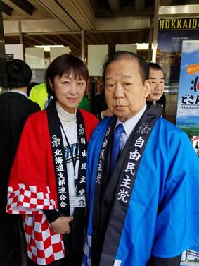 「北海道物産展」自民党本部玄関前の中川郁子(ゆうこ)写真