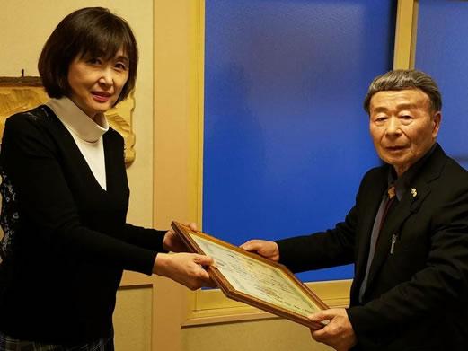 今年の自民党大会で表彰された新田公男さん。 自民党鹿追支部でお祝いの会の中川郁子(ゆうこ)写真