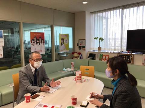 鈴木所長と中川ゆうことの対談写真
