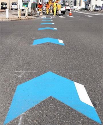 十勝管内に設置された青い矢羽方の路面表示