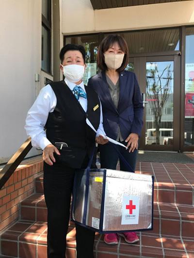 血液製剤を輸送するまりもハイヤーの運転手さんと中川郁子(ゆうこ)2ショット