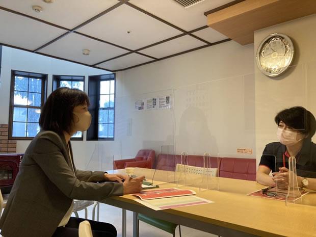 帯広のアルペジオで対談する中川郁子(ゆうこ)と森須賀子さん